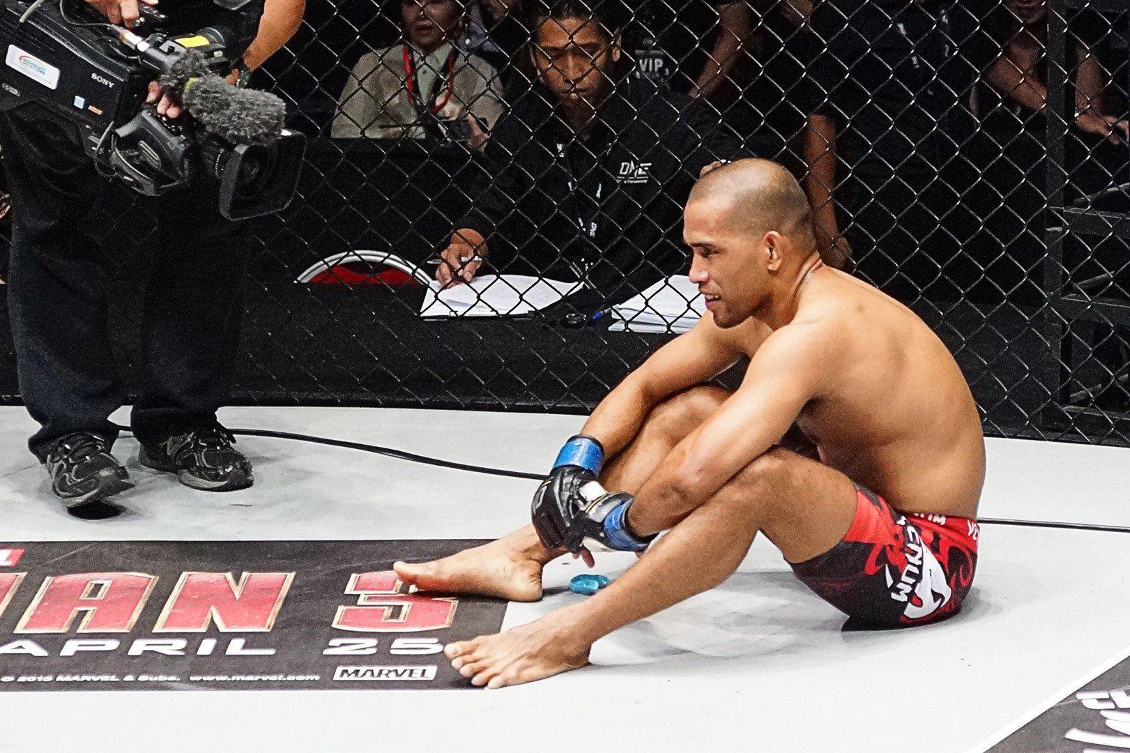 ケージに座るフィリピンの格闘家レネ・カタラン
