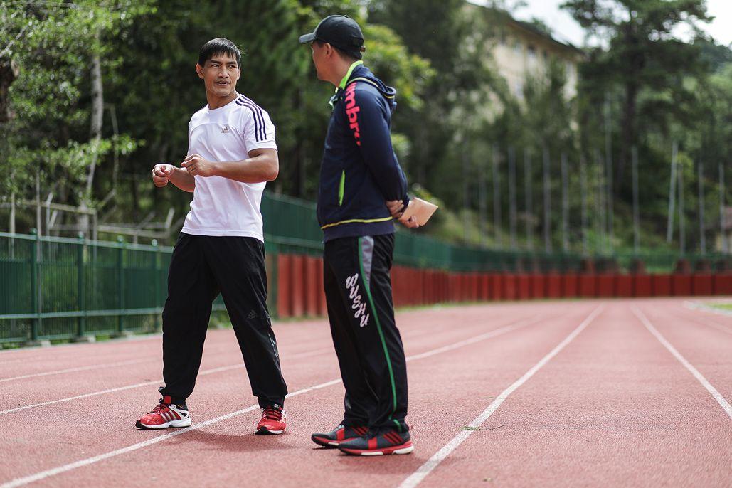 屋外練習中のエドゥアルド・フォラヤンと話すチームラカイのヘッドコーチ