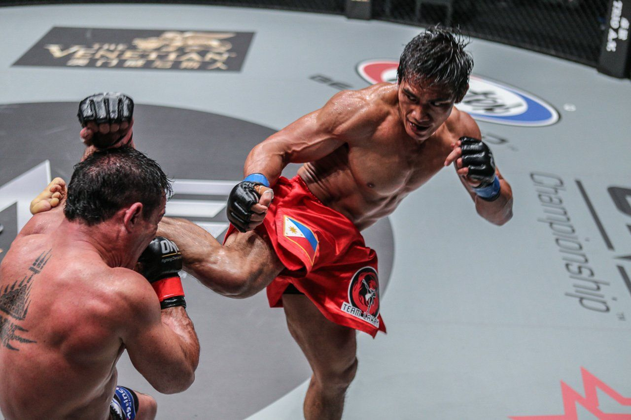 Folayang On His Way To Victory Against Adrian Pang