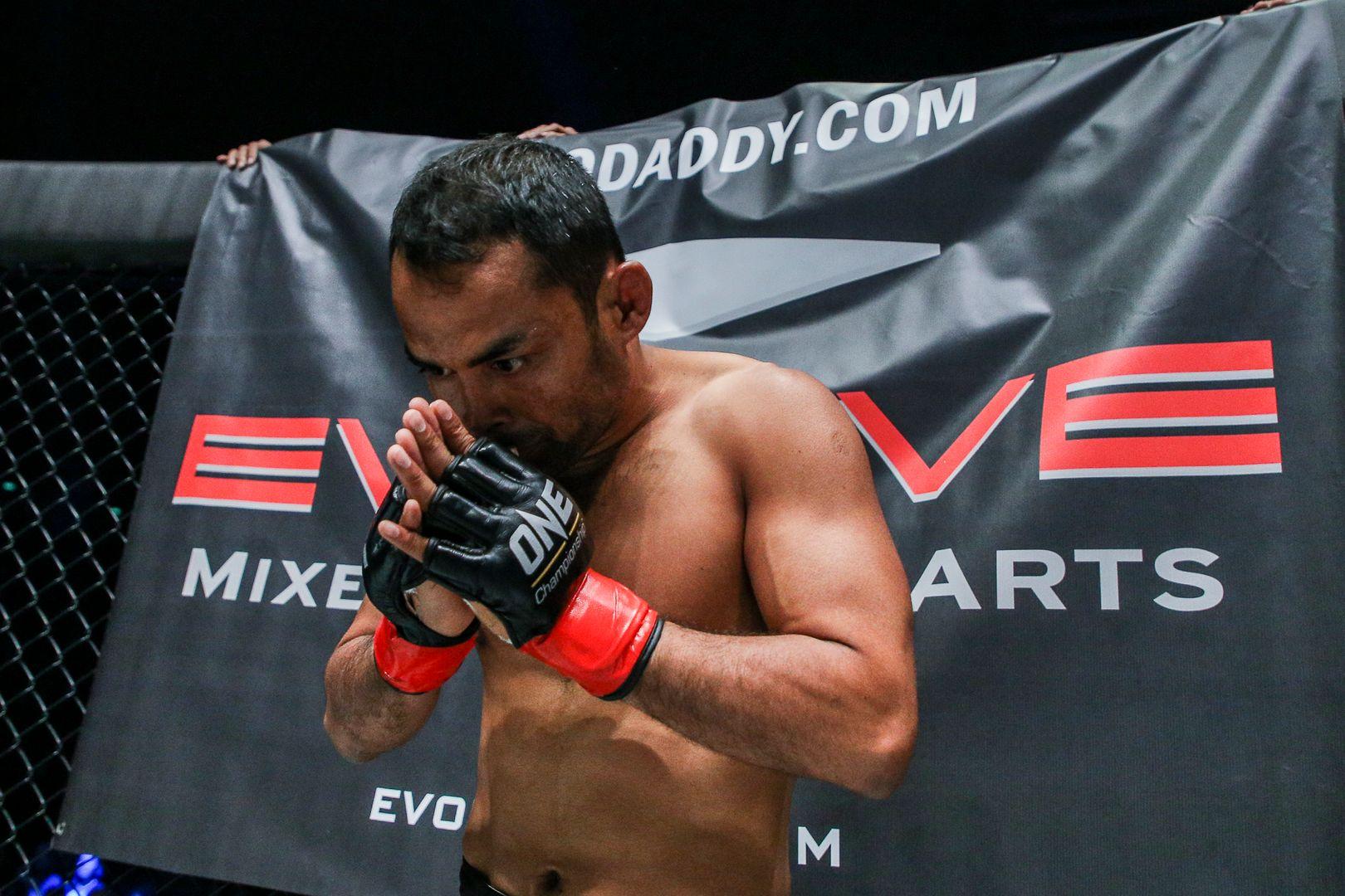 Dejdamrong Sor Amnuaysirichoke prays before his fight