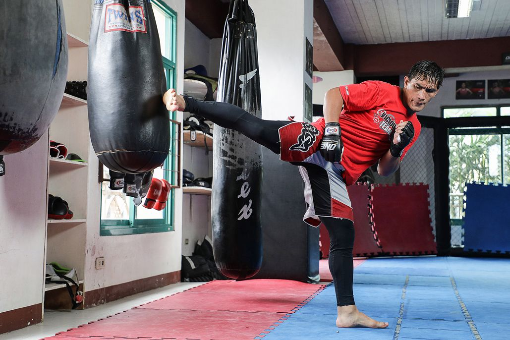 Former ONE Lightweight World Champion Eduard Folayang kicks the bag