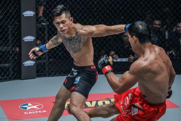 Martin Nguyễn punches Eduard Folayang
