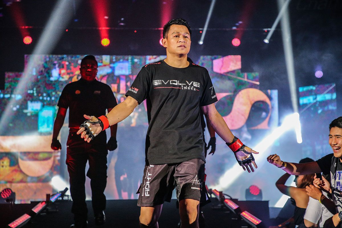 Muay Thai fighter Sagetdao Petpayathai walks down the ramp