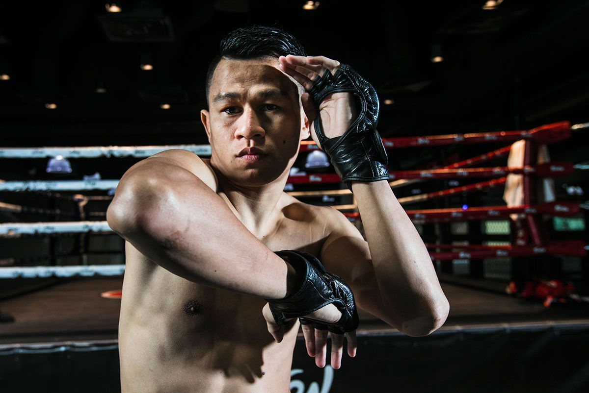 Muay Thai fighter Sagetdao Petpayathai throws an elbow at Evolve MMA in Singapore