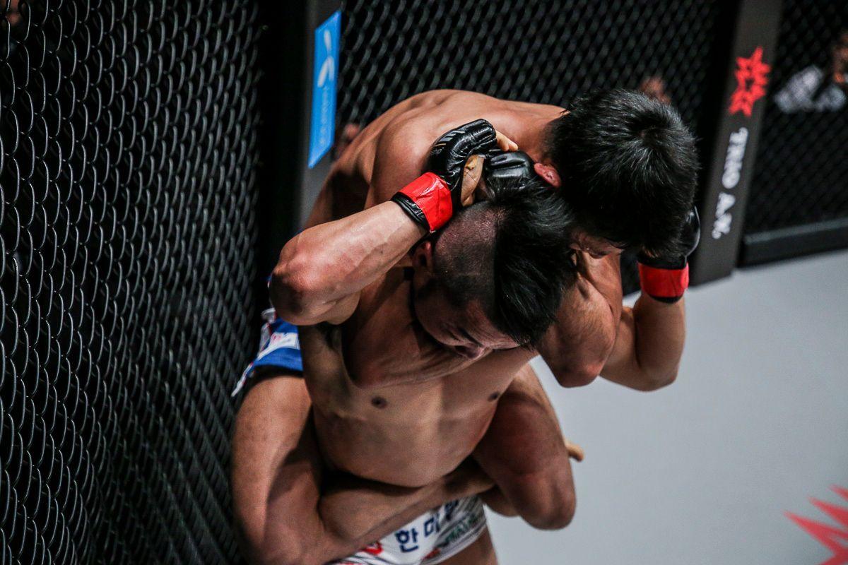 Daichi Takenaka locks in a rear-naked-choke on Dae Hwan Kim