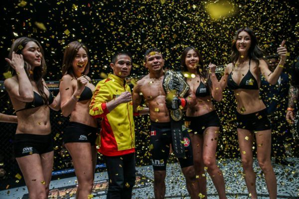 Srisaket Sor Rungvisai presents the ONE Bantamweight World Title to Bibiano Fernandes at ONE: IRON WILL