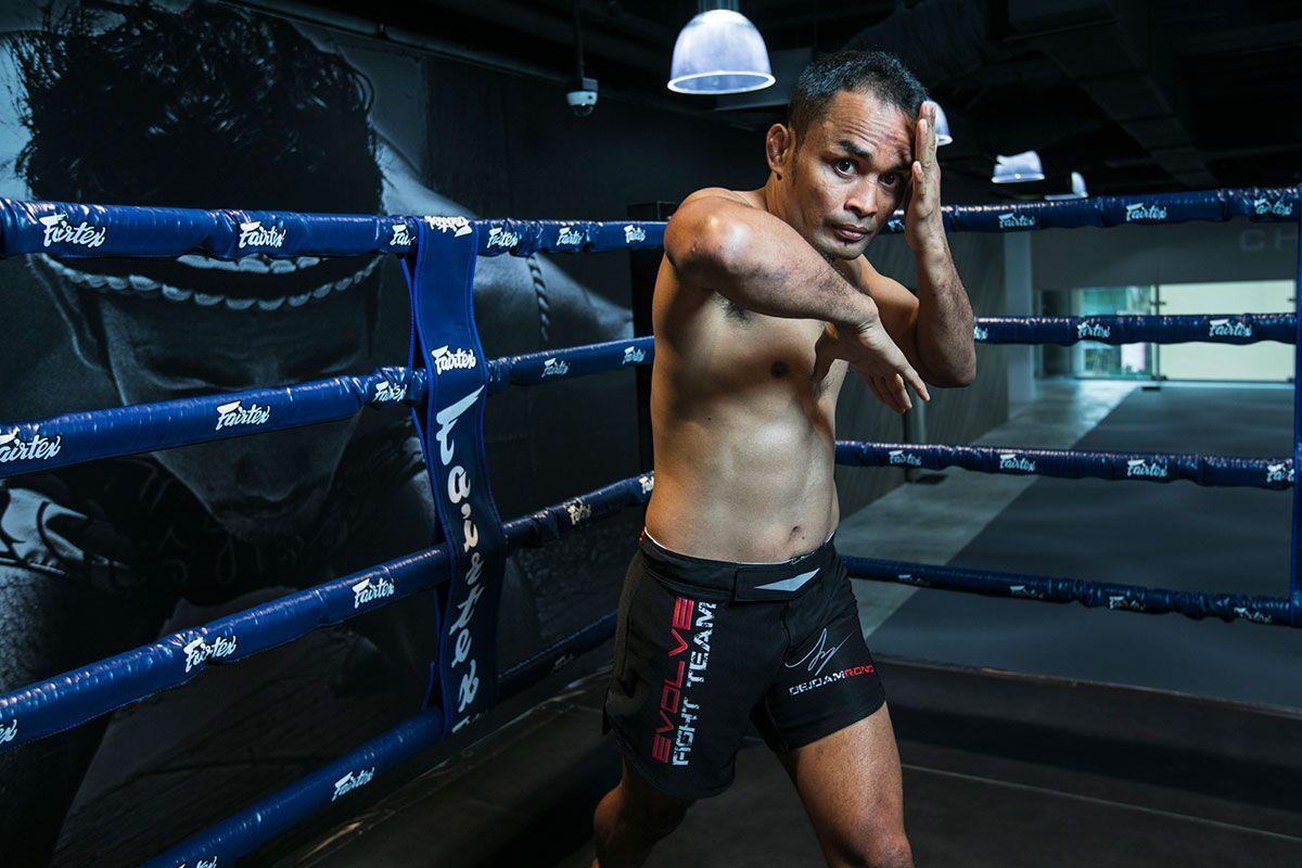 Dejdamrong Sor Amnuaysirichoke throws an elbow