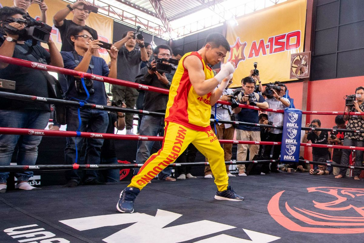 Srisaket Sor Rungvisai shadowboxes in the ring