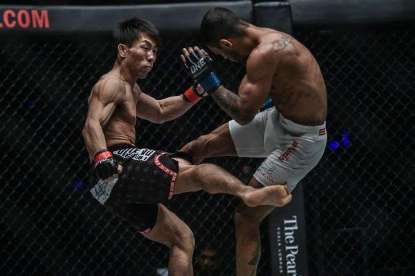 Yosuke Saruta kicks Alex Silva