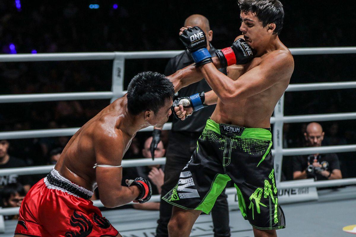 Kongsak PK.Saenchaimuaythaigym fires his left hand