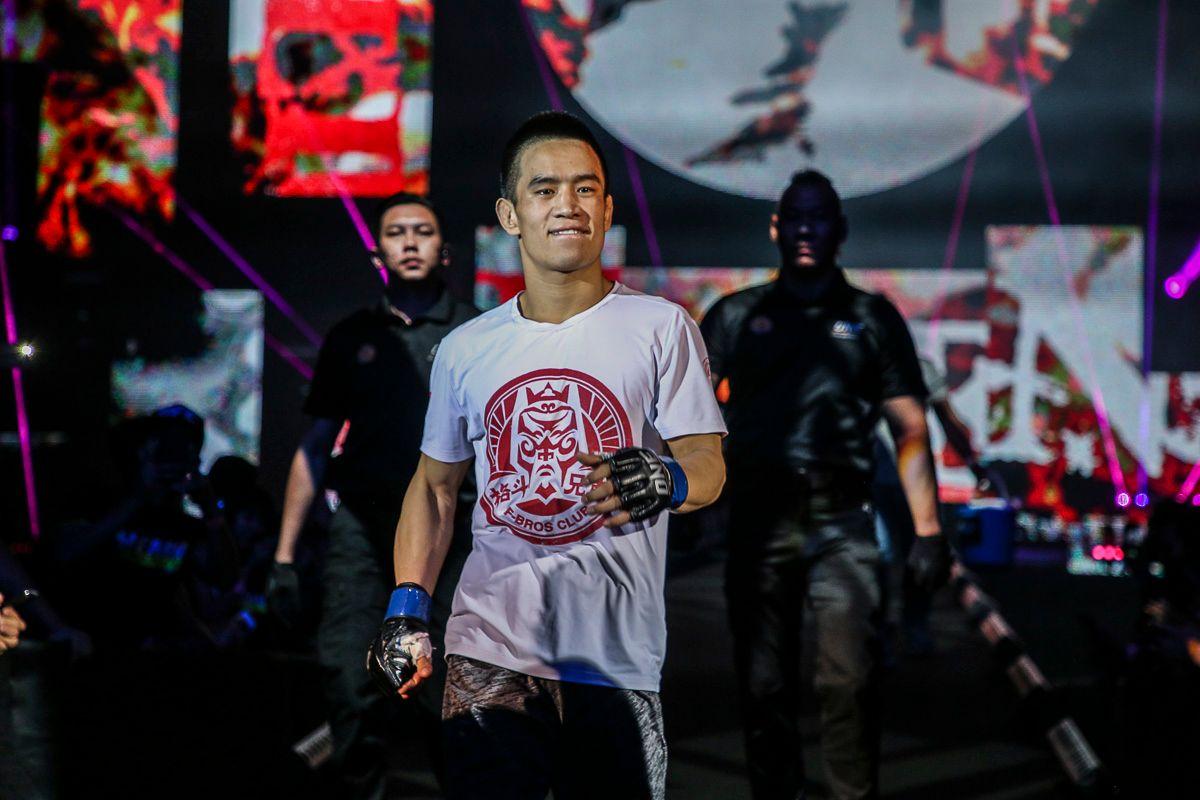 Liu Peng Shuai enters the arena