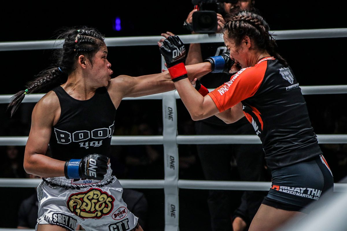 Cambodian Kun Khmer World Champion Nou Srey Pov cracks Rika Ishige with a punch