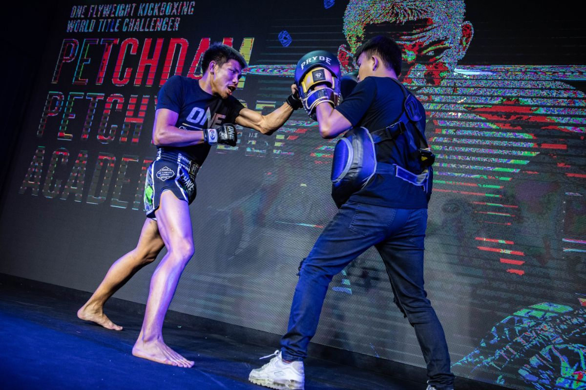 Muay Thai fighter Petchdam Petchyindee Academy hits the pads