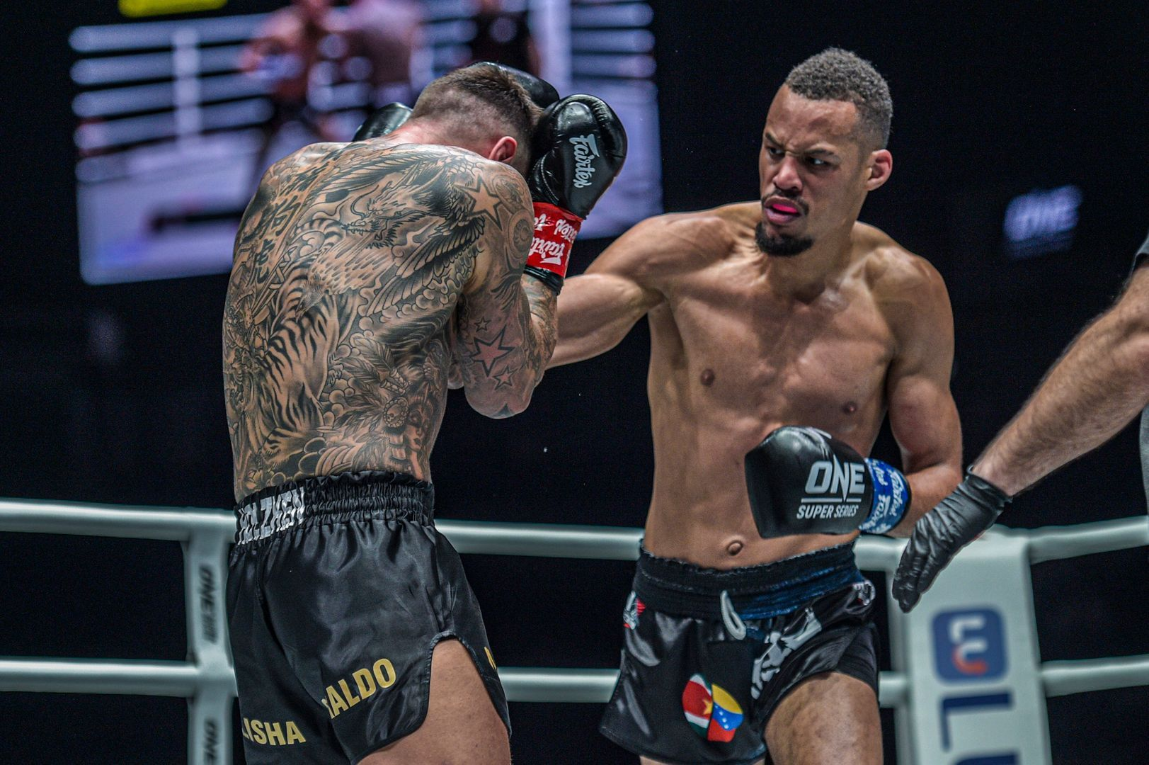 Regian Eersel punches Nieky Holzken at ONE: ENTER THE DRAGON