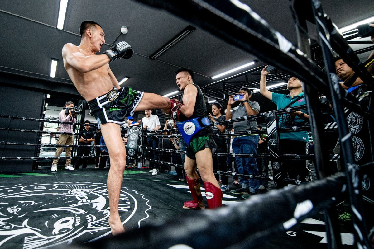 Petchmorakot Petchyindee Academy kicks with his trainer at the gym