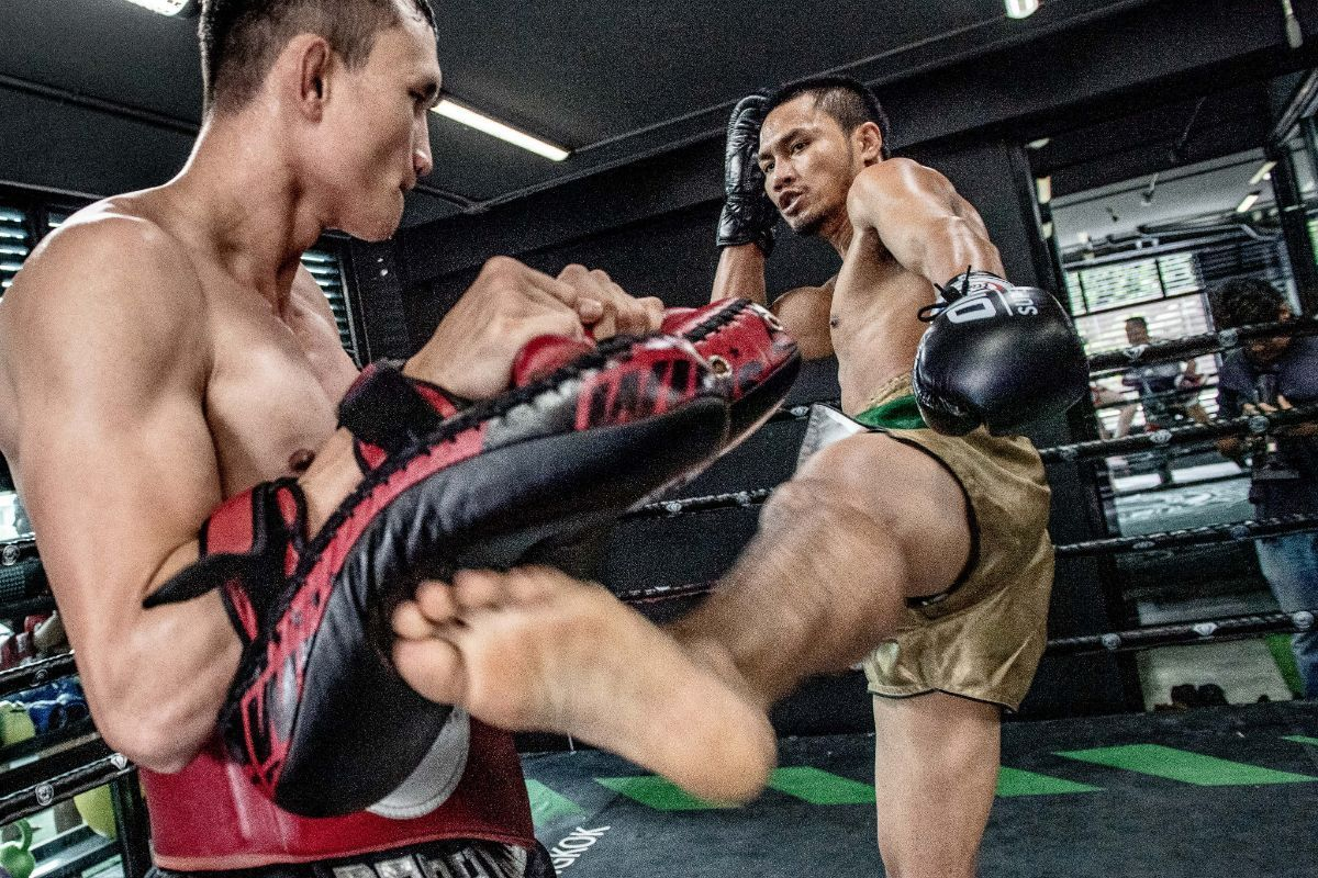 Muay Thai fighter Sorgraw Petchyindee Academy trains his kicks
