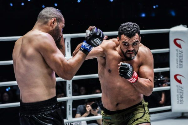 Dutch-Moroccan superstar Tarik Khbabez breaks through Anderson Silva's guard in Shanghai
