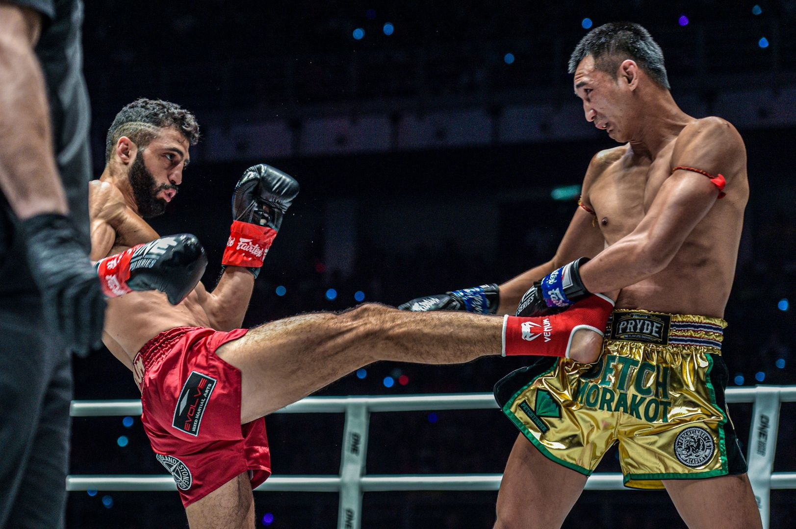 Armenian-Italian kickboxing great Giorgio Petrosyan hits the teep