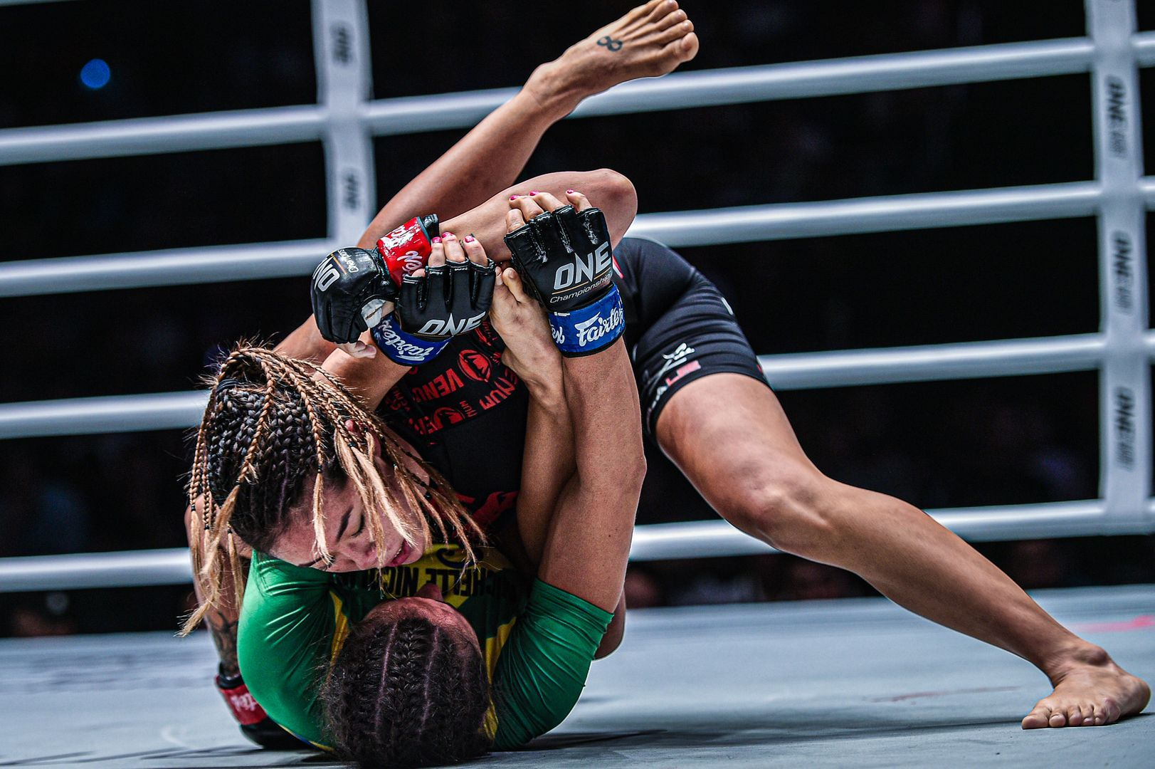 Angela Lee grapples with Michelle Nicolini