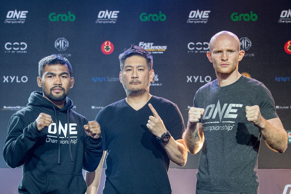 Rodlek PK.Saenchaimuaythaigym and Andrew Miller face the media at the ONE DAWN OF HEROES pre-event press conference