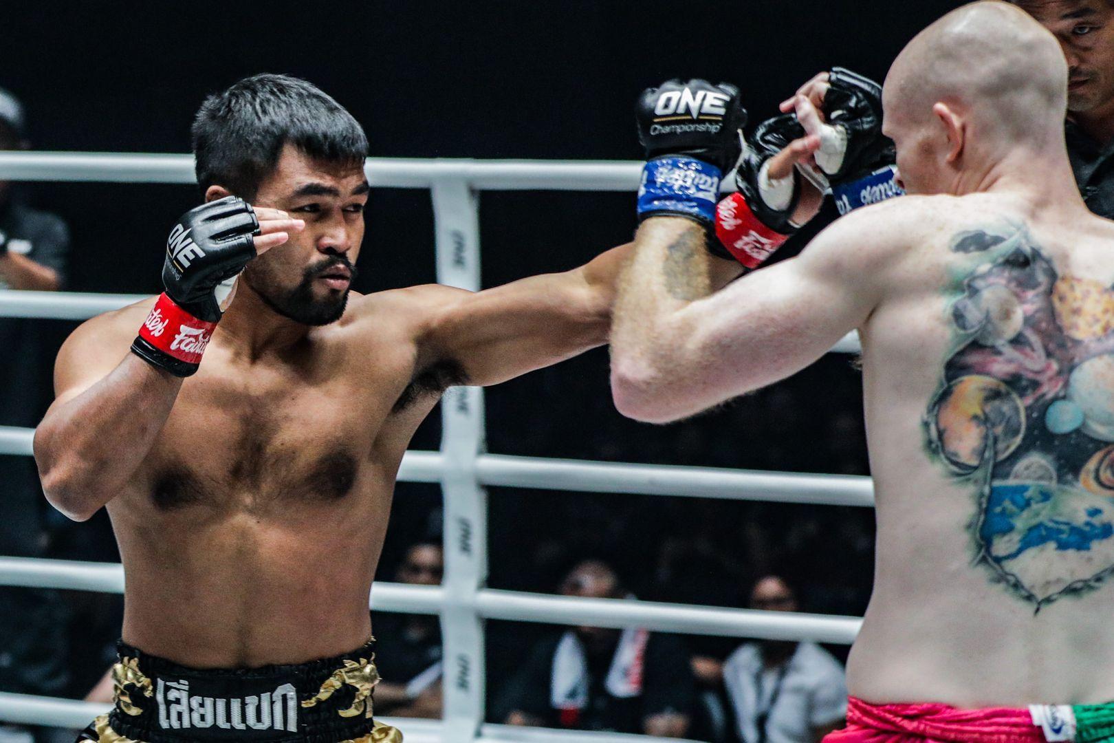 Rodlek PK.Saenchaimuaythaigym defeats Andrew Miller