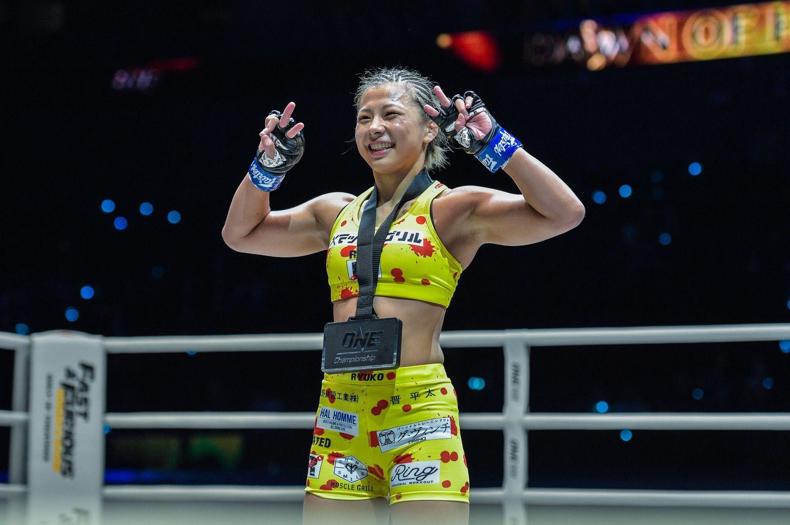 Ayaka Miura wears the winner's medal after defeating Samara Santos