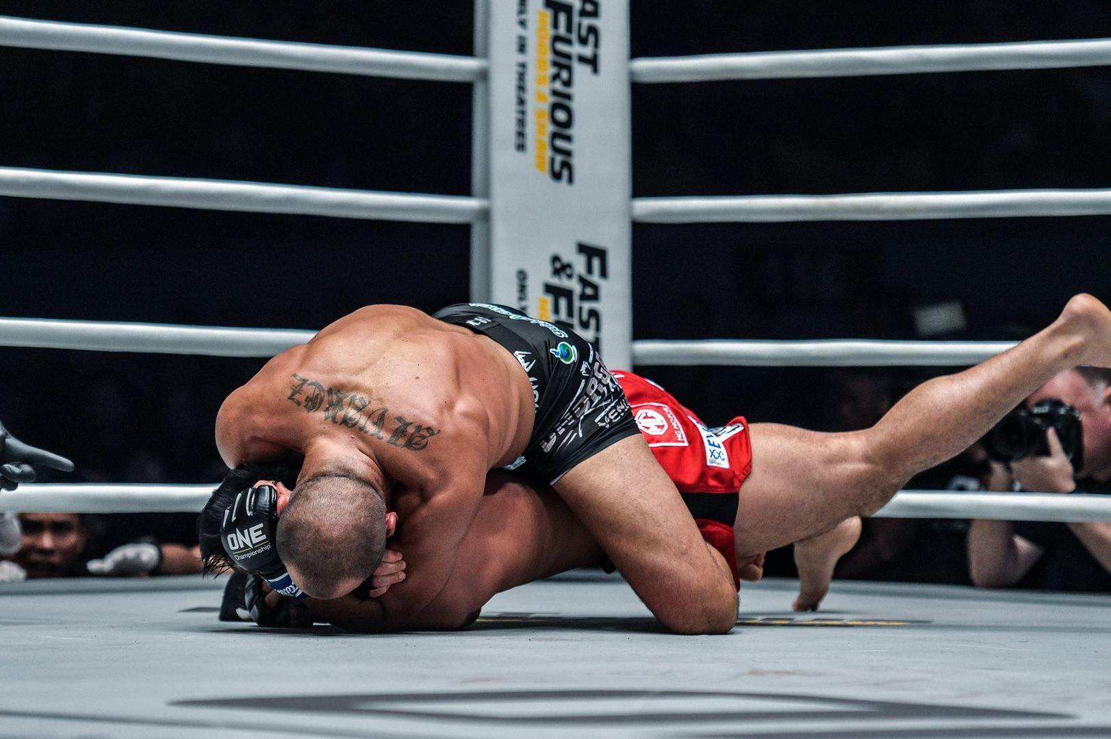 Eddie Alvarez locks up the rear-naked choke on Eduard Folayang