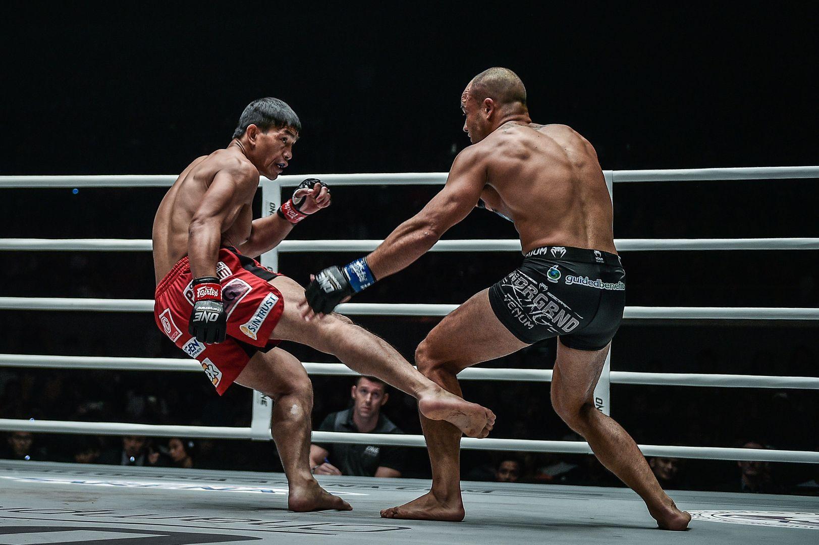 Filipino MMA fighter Eduard Folayang kicks out Eddie Alvarez's leg