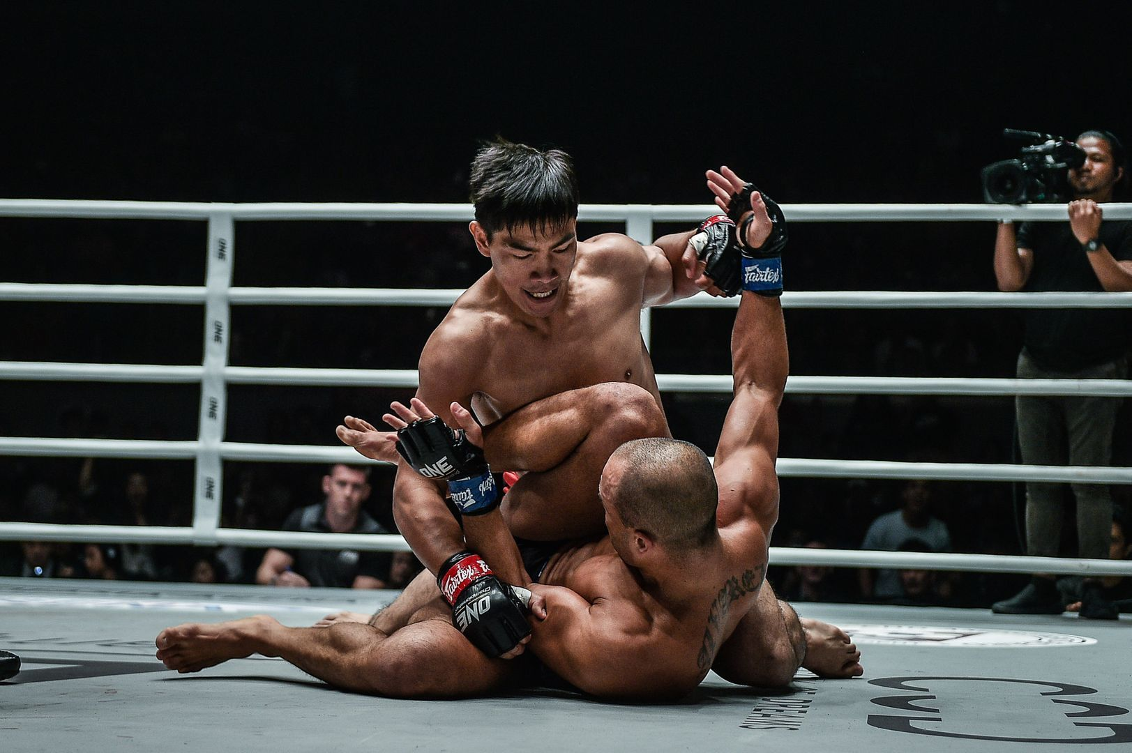 Filipino icon Eduard Folayang unleashes ground and pound on Eddie Alvarez in August 2019