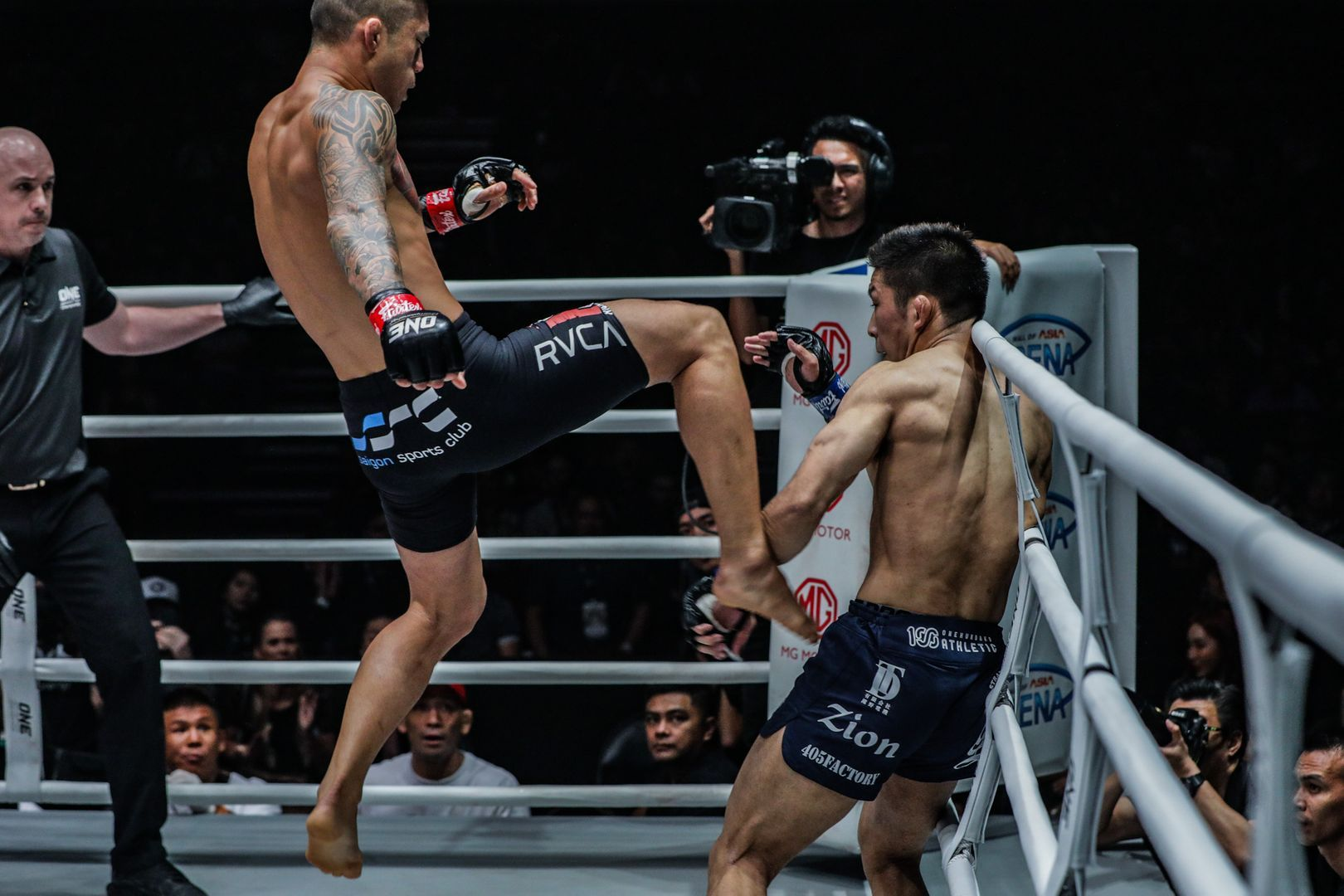 Martin Nguyen throws a flying knee at Koyomi Matsushima at ONE: DAWN OF HEROES.