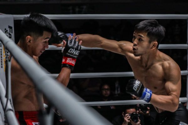 Japan's Yuya Wakamatsu backs Filipino hero Geje Eustaquio against the ropes with a left cross
