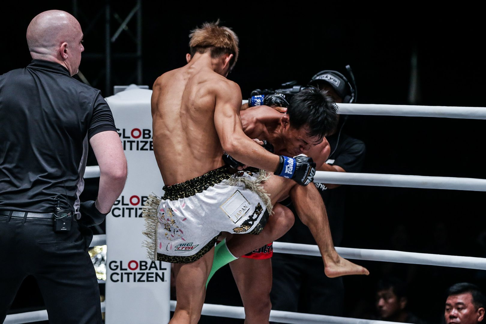 Japan's Momotaro hits a crunching knee on Singtongnoi in the clinch