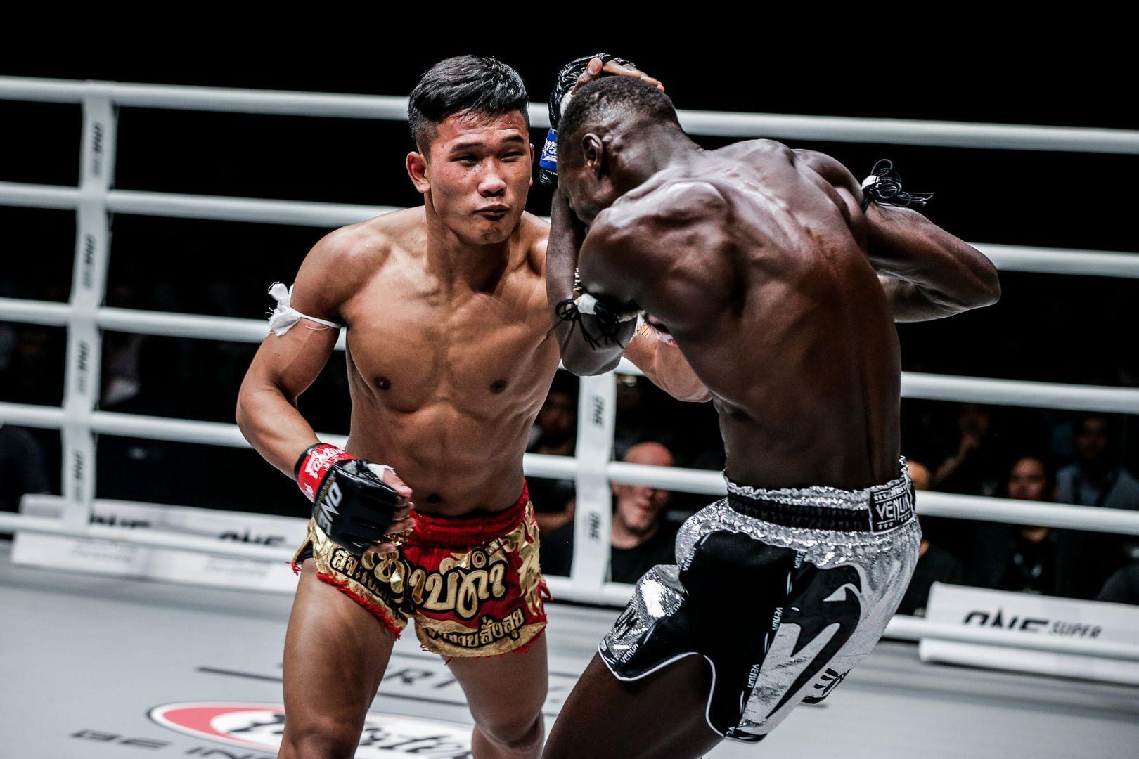 Muay Thai fighter Kulabdam Sor Jor. Piek Uthai beats Bobo Sacko