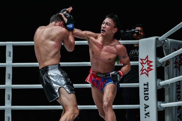 Muay Thai fighter Mongkolpetch Petchyindee Academy throws a cross
