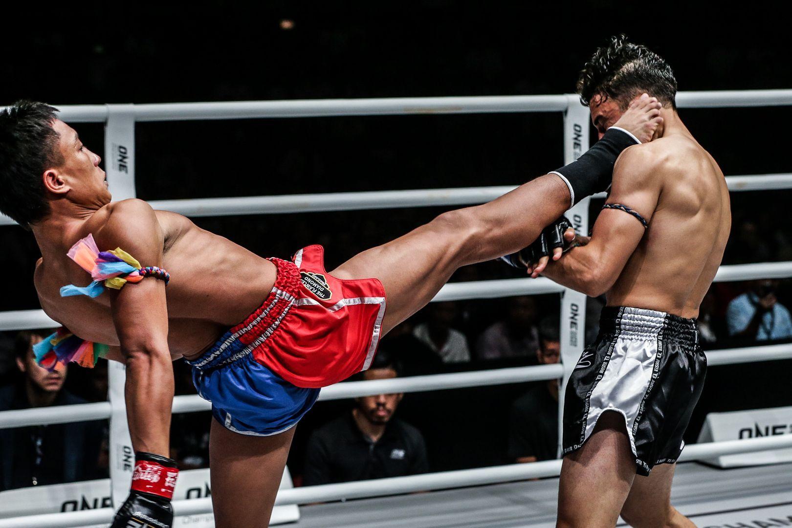 Mongkolpetch Petchyindee Academy cracks Joseph Lasiri with a push kick