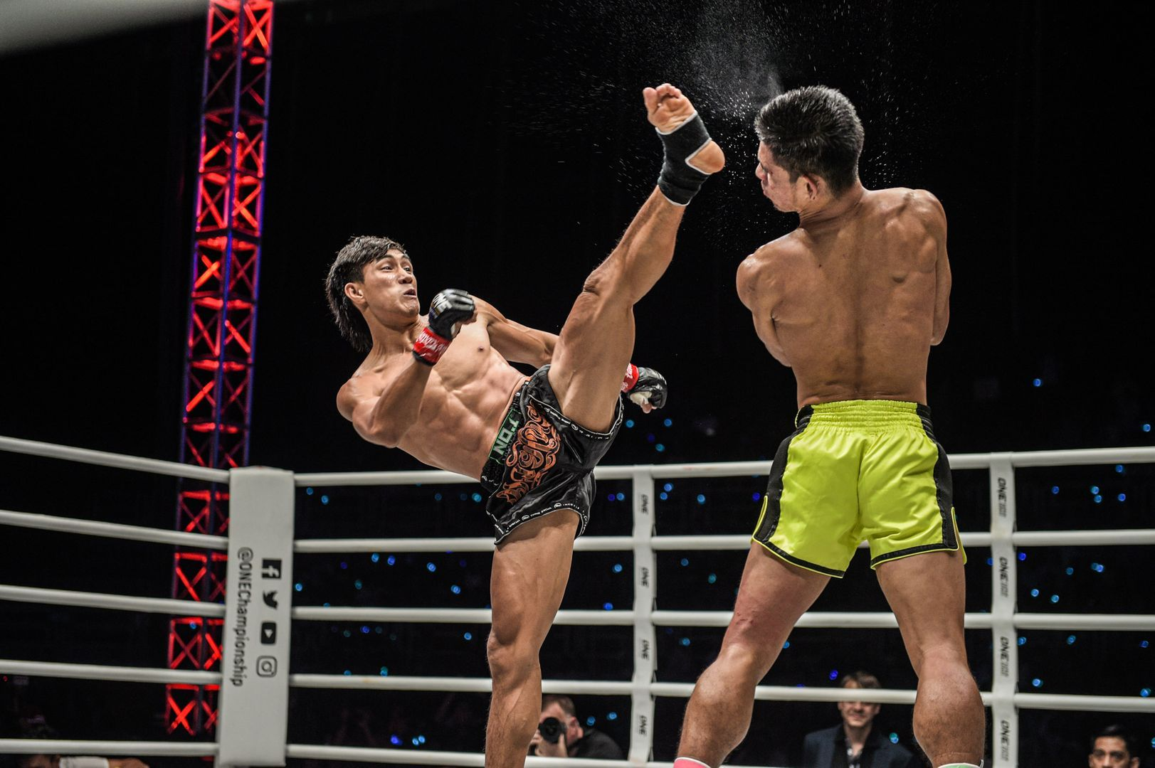 Nguyen Tran Duy Nhat lands a high kick on Azwan Che Wil at ONE: IMMORTAL TRIUMPH