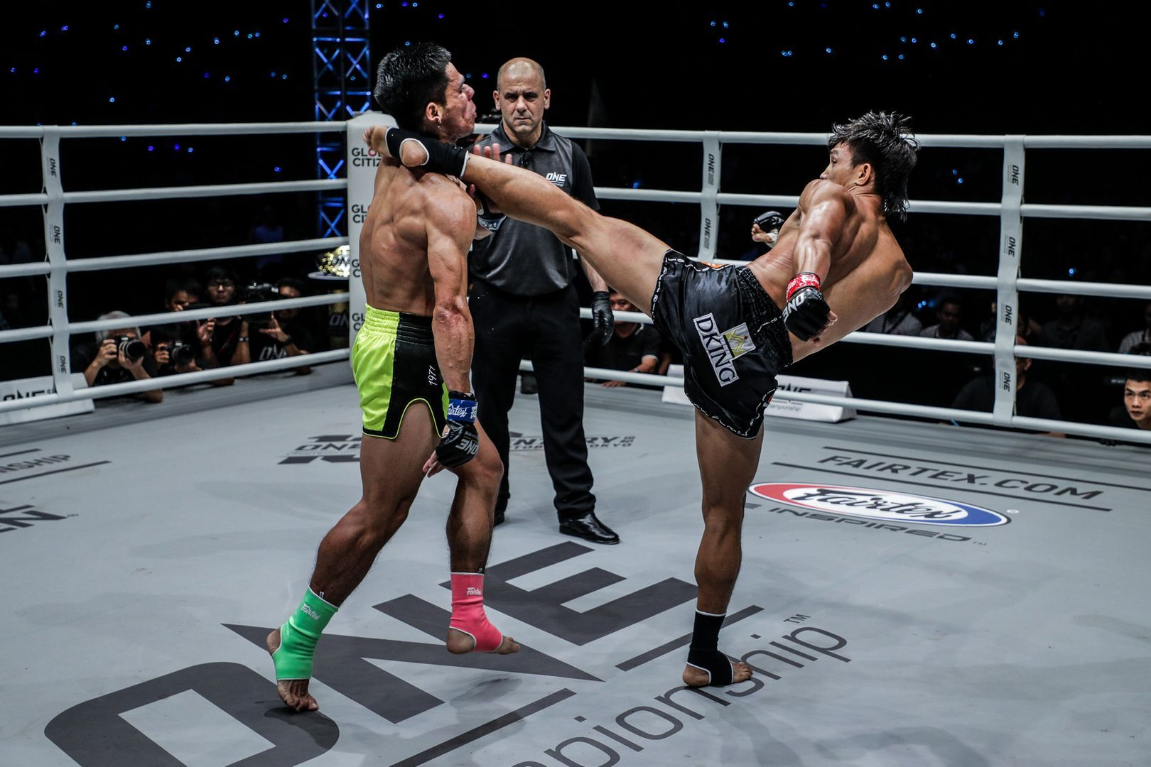 Nguyen Tran Duy Nhat cracks Azwan Che Wil with a head kick