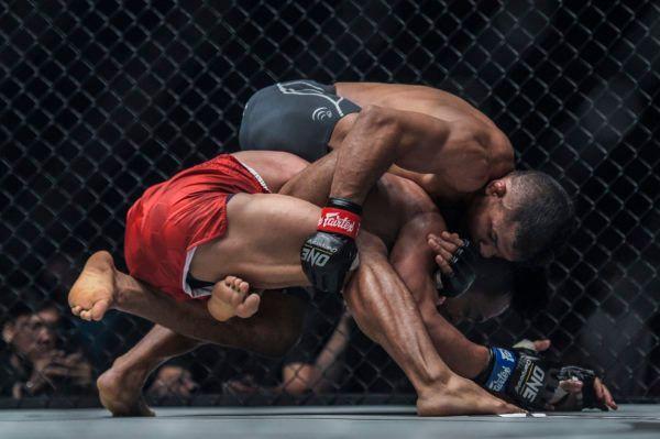 Bibiano Fernandes submits Kevin Belingonvia rear-naked choket ONE CENTURY PART II