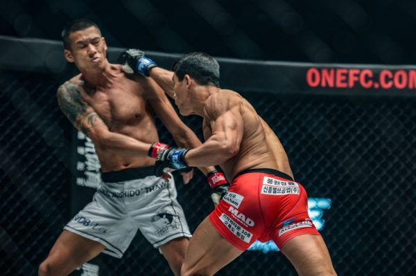 Yoon Chang Min defeats Phoe Thaw at ONE CENTURY