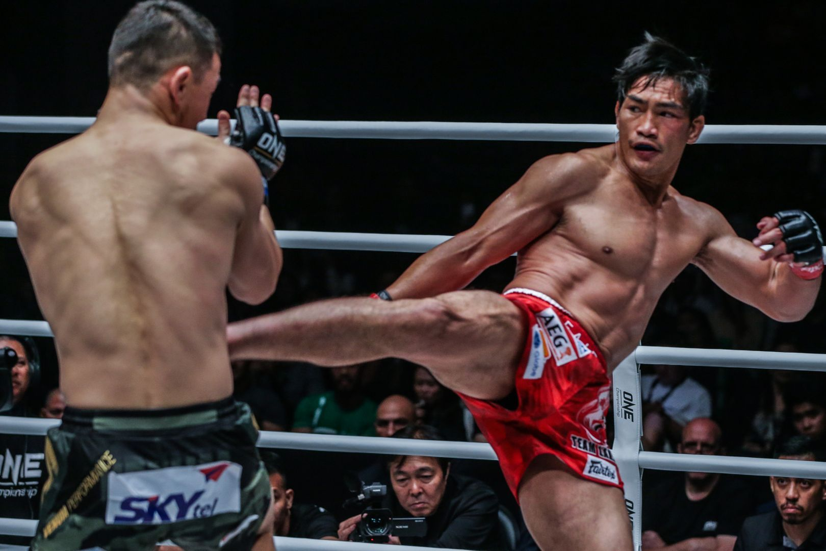 Eduard Folayang attacks Amarsanaa Tsogookhuu at ONE MASTERS OF FATE