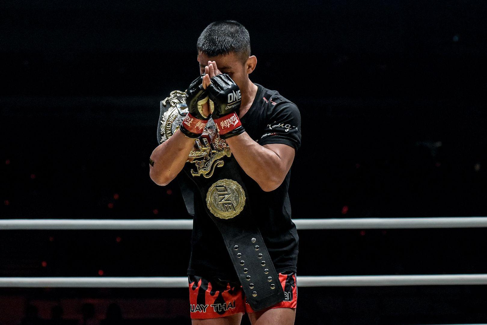 Nong-O Gaiyanghadao prays with the belt
