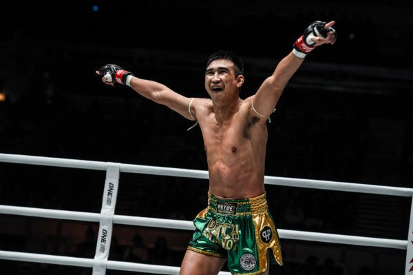 Thailand's Petchmorakot Petchyindee Academy celebrates his victory over Charlie Peters in November 2019