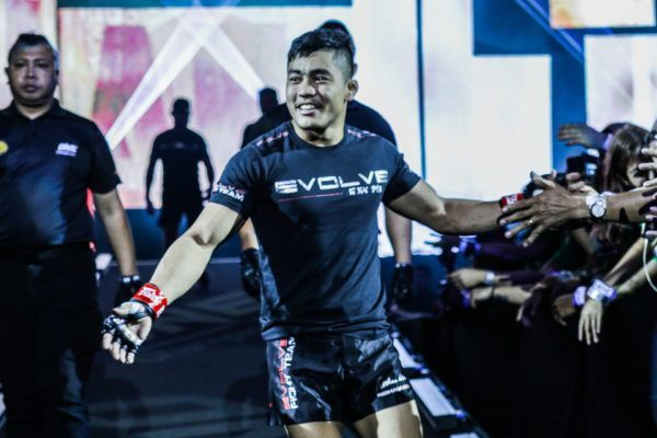 Roshan Mainam enters the Mall Of Asia Arena in Manila, Philippines