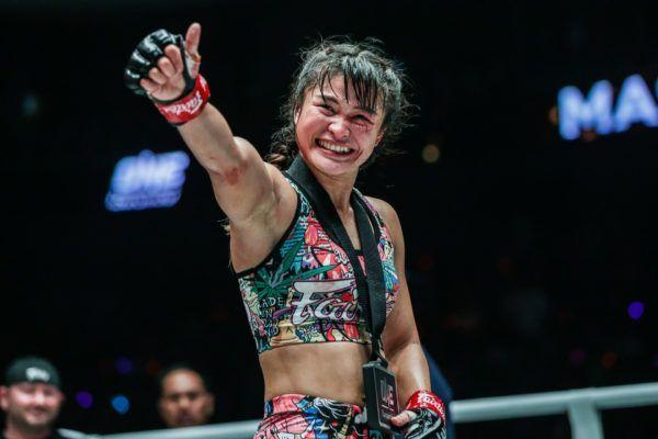 Stamp Fairtex celbrates her win against Bi Nguyen