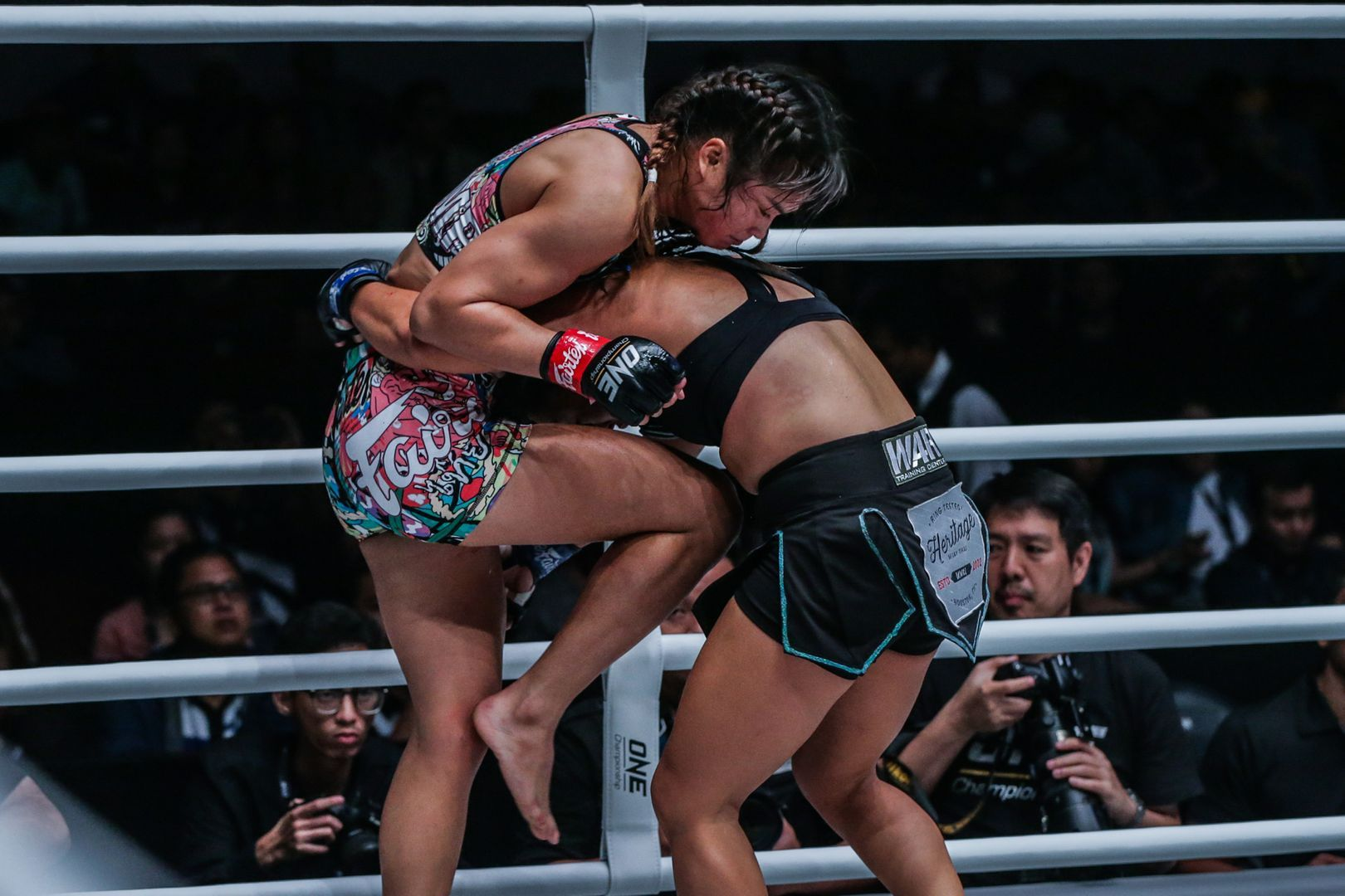 Stamp Fairtex attacks Bi Nguyen in the clinch