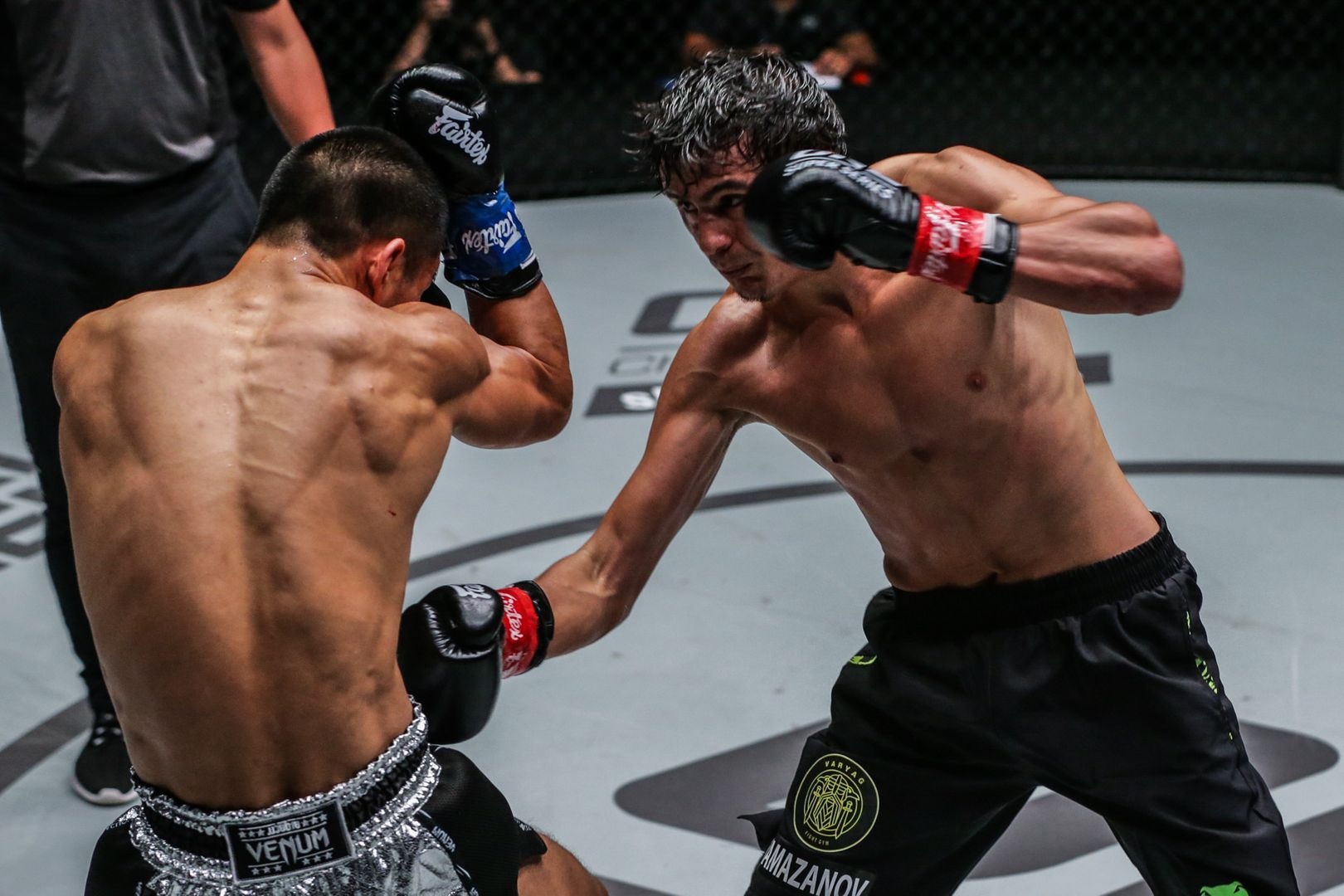 Alaverdi Ramazanov attacks Zhang Chenglong at ONE MARK OF GREATNESS in KL