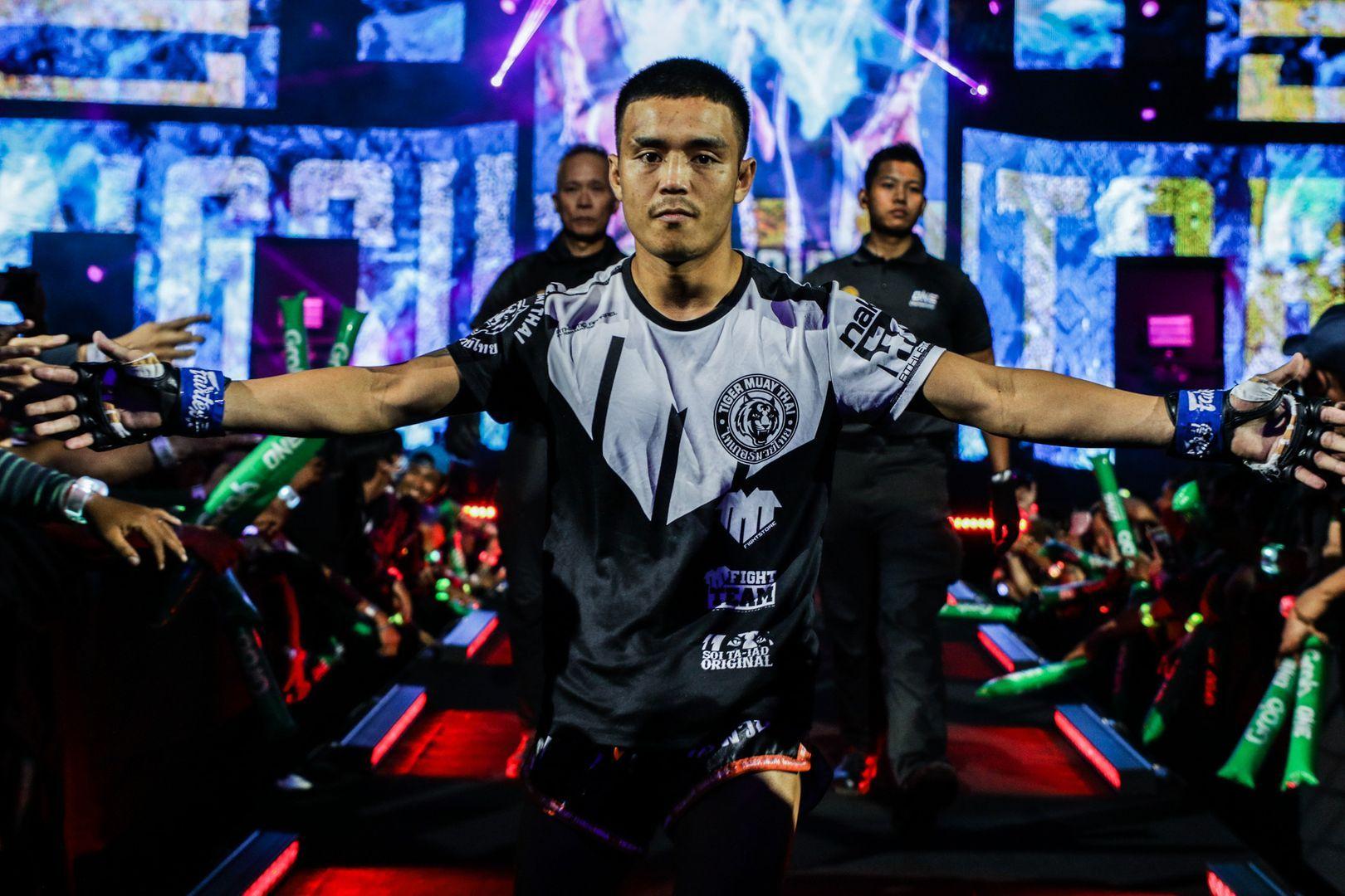 Pongsiri Mitsatit enters the Mall Of Asia Arena