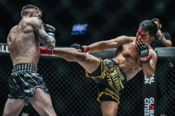 Rodlek PK.Saenchaimuaythaigym plows through Chris Shaw in Manila, Philippines