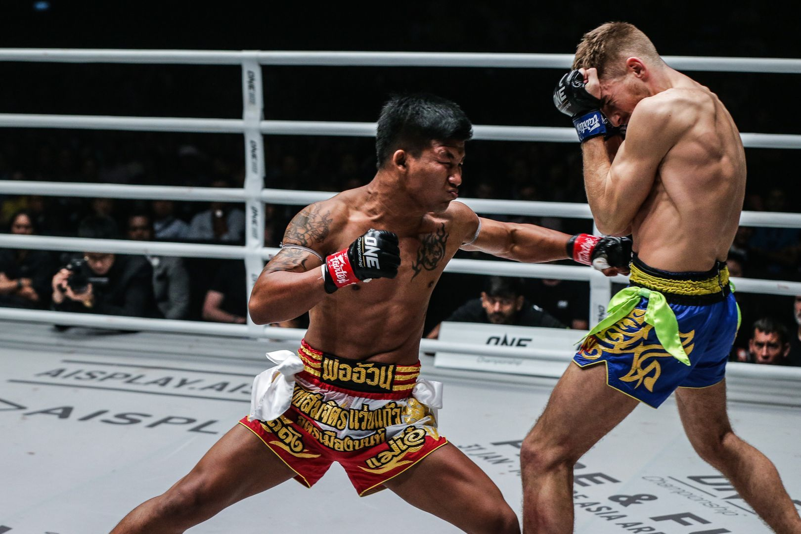 ONE Flyweight Muay Thai World Champion Rodtang Jitmuangnon cracks Jonathan Haggerty in the tummy