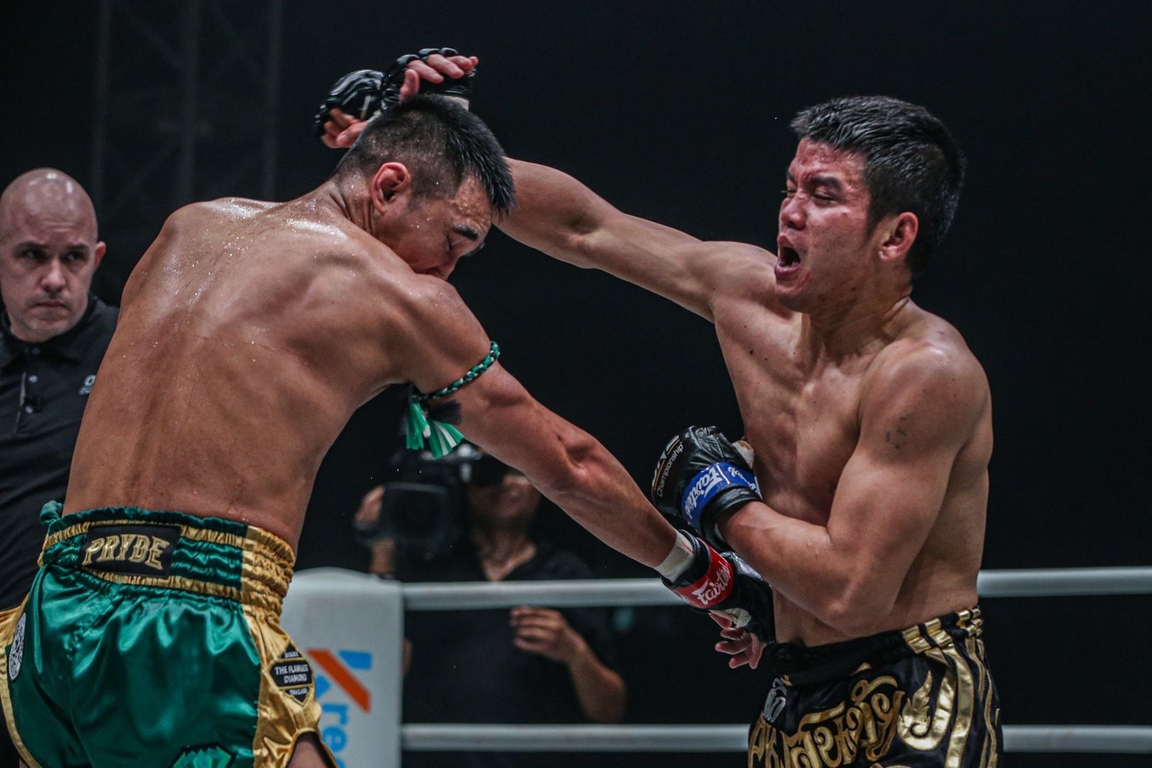 Muay Thai fighter Pongsiri PK.Saenchai Muaythaigym punches Petchmorakot Petchyindee Academy in his ONE Championship debut
